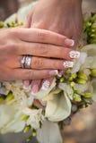 Mains de mariée et de marié sur le bouquet de mariage concept de mariage photos libres de droits