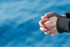 Mains de marin sur le fond bleu de mer photos libres de droits