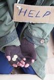 Mains de mendiant demandant une aide photographie stock