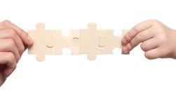Mains de Mens et de childs retenant l'ensemble de puzzles photos stock