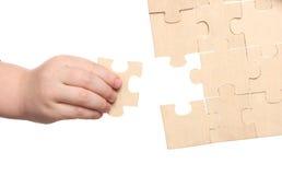 Mains de Mens et de childs terminant des puzzles photo libre de droits