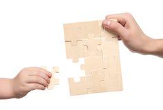 Mains de Mens et de childs terminant l'ensemble de puzzles image stock