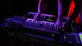 Mains de musicien jouant des claviers de concert clips vidéos
