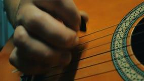 Mains de musicien jouant la guitare Fermez-vous vers le haut des détails du pont et ficelez 4k banque de vidéos