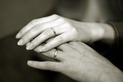 Mains de nouveaux mariés photo libre de droits