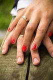 Mains de nouveaux mariés avec des boucles Photo stock