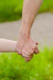 Mains de père et d'enfant Photos libres de droits