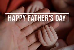 Mains de père et de bébé nouveau-né Jour de pères Photo stock