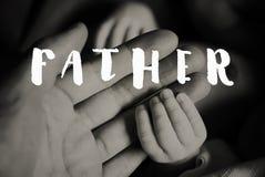 Mains de père et de bébé nouveau-né Jour de pères Images libres de droits