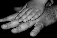 Mains de père et de fille Images stock