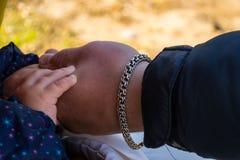 Mains de père et de fille Photo stock