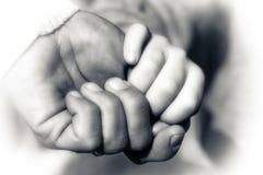 Mains de père et de fils tenant le moment Images libres de droits