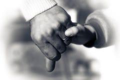 Mains de père et de fils tenant le moment Photos libres de droits
