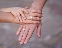 Mains de père de mère et de petit bébé Concept de l'unité, du support, de la protection et du bonheur Mains de famille Photographie stock libre de droits
