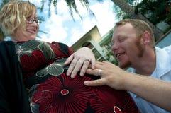 Mains de parents sur le ventre enceinte Photos libres de droits