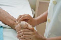 Mains de patient hospitalisé au soin image stock