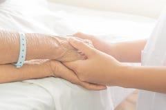 Mains de patient hospitalisé au soin photo libre de droits