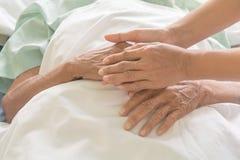 Mains de patient hospitalis? au soin images libres de droits