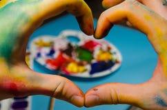 Mains de peintre faisant un coeur photos libres de droits