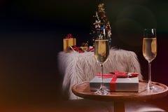Mains de personnes de Noël ou de célébration de nouvelle année avec les glas en cristal Image stock