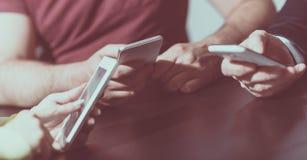 Mains de personnes utilisant des téléphones portables photographie stock