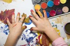 Mains de petite fille par la peinture Photographie stock libre de droits