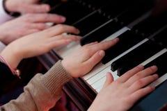 Mains de piano images libres de droits