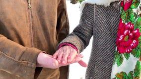 Mains de plan rapproché des personnes d'aînés Mâle et femelle Couples Grand-papa et grand-maman Amour pour toujours banque de vidéos