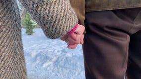Mains de plan rapproché des personnes d'aînés Mâle et femelle Couples Grand-papa et grand-maman Amour pour toujours clips vidéos