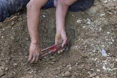 Mains de plombier utilisant la clé et la rotation de singe d'une valve 2 Images stock