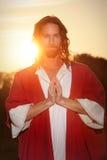Mains de prière levées par Pâques Photos stock
