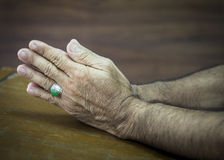 Mains de prière sur le fond en bois Photo libre de droits