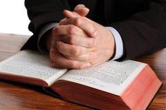 Mains de prière sur une bible ouverte photo libre de droits