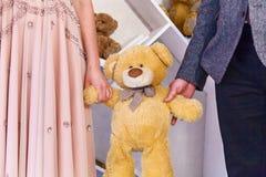 Mains de prise d'ours de peluche Photos stock