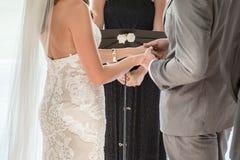 Mains de prise de couples photo libre de droits
