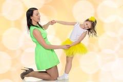 Mains de prise de maman et de fille Image libre de droits