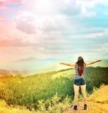 Mains de propagation de jeune fille avec la joie et l'inspiration Photographie stock libre de droits