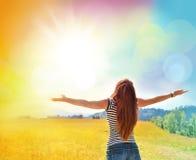 Mains de propagation de jeune fille avec la joie et l'inspiration Image libre de droits