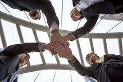 mains de rassemblement d'équipe d'affaires dans la ville Images stock