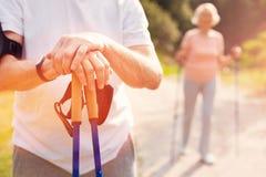Mains de repos d'homme plus âgé sur des béquilles Photos libres de droits