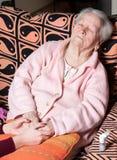 Mains de soin tenant les mains de vieille dame Photographie stock libre de droits