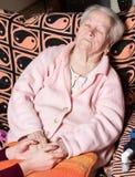 Mains de soin tenant les mains de vieille dame Photos libres de droits