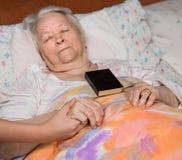 Mains de soin tenant les mains de vieille dame Image stock