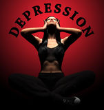 Mains de souffrance d'effort et de désespoir de dépression de femme sur la tête avec douleur Image libre de droits