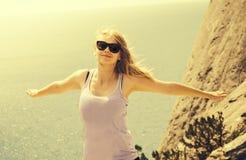 Mains de sourire heureuses de jeune femme augmentées Photo stock