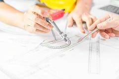 Mains de stylique d'ingénieur sur le modèle, concept de construction photos libres de droits