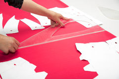 Mains de tailleur fonctionnant avec le tissu rose Photo libre de droits