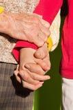 Mains de Th de grand-mère et de petit-enfant Photos stock