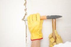 Marteau et burin intérieurs de rénovation de mur de Chambre Photographie stock libre de droits