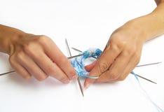 Mains de tricotage Photographie stock libre de droits